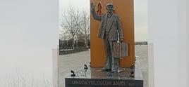 """""""Umuda Yolculuk"""" heykeli Kadıköy'e dikildi"""